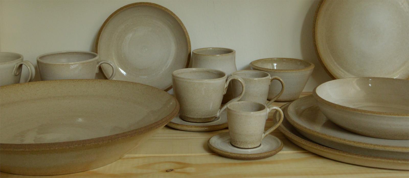 handgemaakt servies met witte doorschijnende glazuur